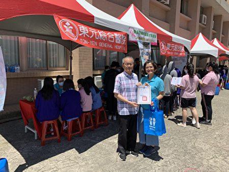 校董事長劉奕彩逐攤頒贈感謝狀給東元醫院。