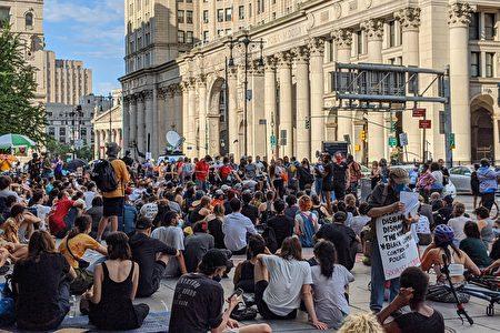 6月26日,BLM支持者在市政廳外集會,要求官員削減紐約市警局至少10億元經費。