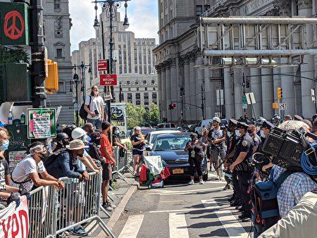 """""""黑人命也是命""""(BLM)支持者与纽约市警对峙。"""