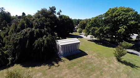 伍德劳恩公墓(Woodlawn Cemetery)。