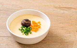 巴金森氏症患者可以在正餐中用蒸蛋药膳等饮食来改善抖动症状、延缓脑部退化。(Shutterstock)