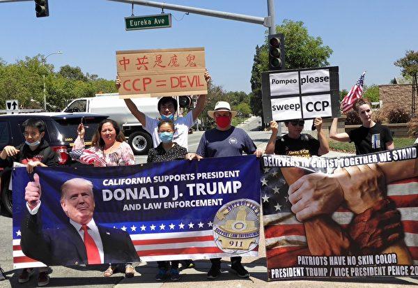 2020年7月23日,寧曉偉(右四)於加州尼克遜總統圖書館前支持美國國務卿蓬佩奧(Michael Pompeo)演講。(寧曉偉提供)