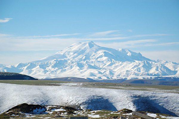 俄无腿男只靠双手前进 登上5642米高峰