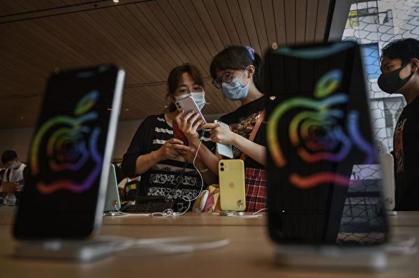 學者認為,消費者選擇最好的產品是人性。圖為蘋果公司在北京新開設門店。(Kevin Frayer/Getty Images)