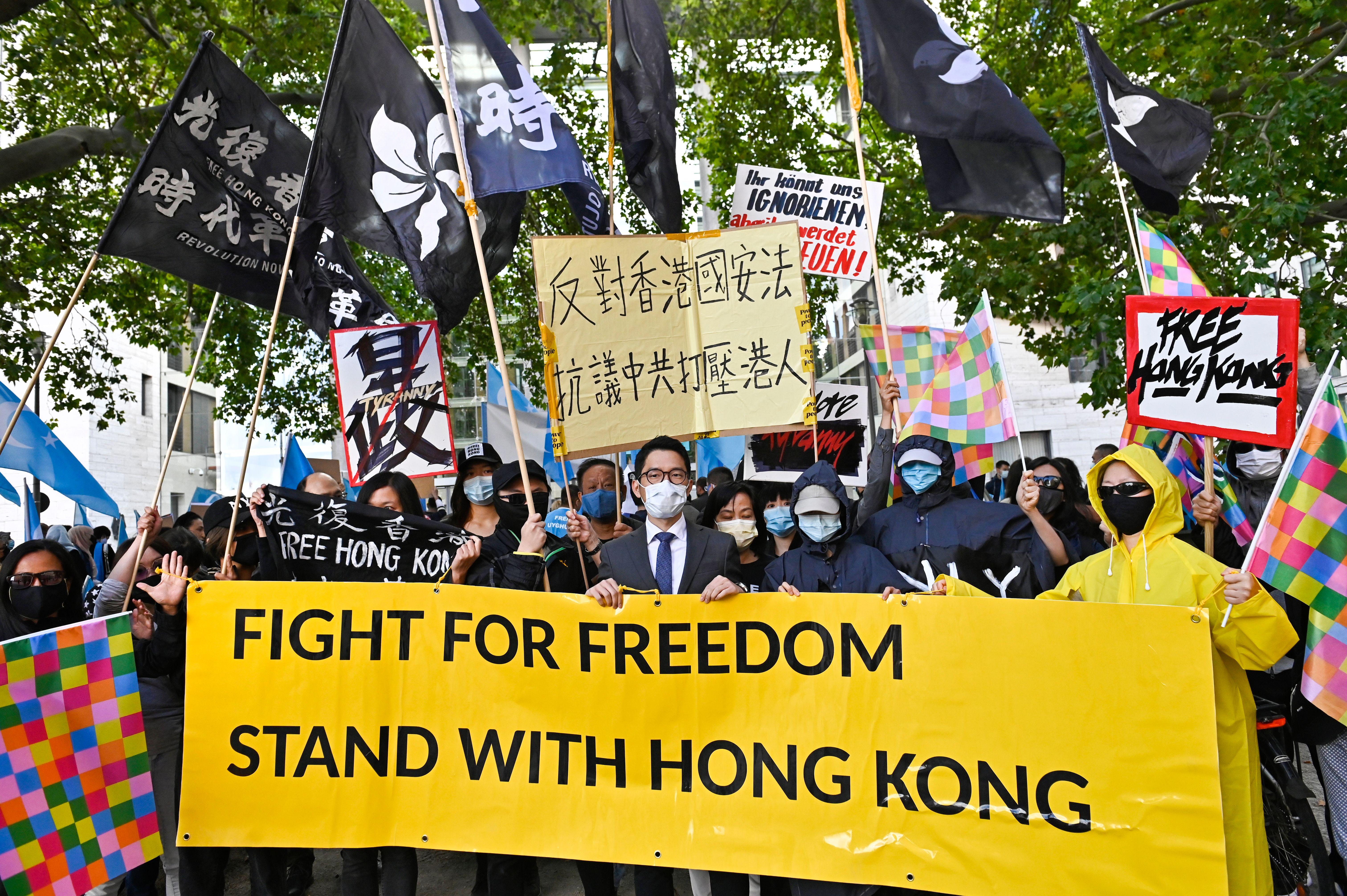 組圖:王毅訪德 羅冠聰到柏林為香港發聲
