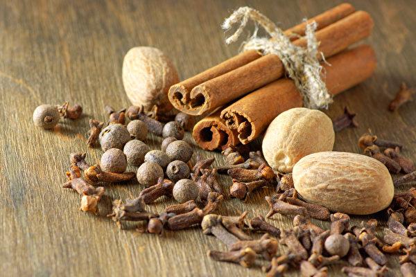 胡椒、肉桂、葱姜蒜等香辛料的保存期限是多久?(Shutterstock)