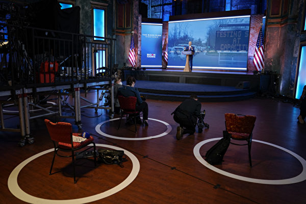 10月23日,民主党总统候选人乔•拜登(Joe Biden)在特拉华州威尔明顿的女王剧院进行竞选造势活动。(Drew Angerer/Getty Images)