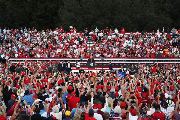 10月23日,美国总统川普在佛罗里达州的村庄马球俱乐部举办竞选活动、发表演讲。(Joe Raedle/Getty Images)