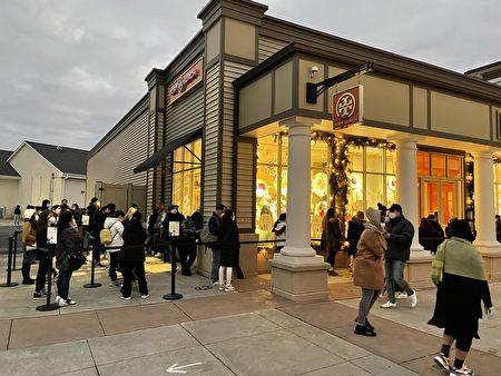 早上7點左右,顧客在TORY BURCH店門口排隊。