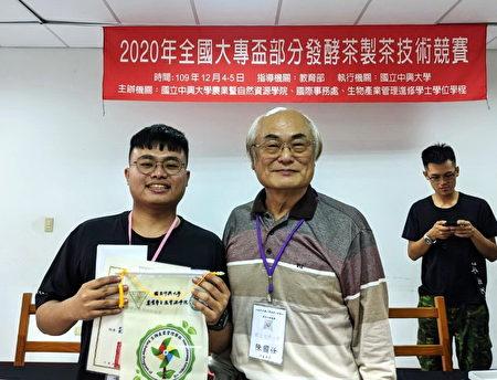 條形組冠軍郭育銘(右3)與評審合影。