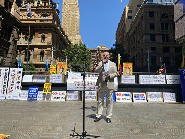 2020年12月10日,國際人權日當天,澳洲悉尼多個團體在市中心舉行集會,譴責中共暴政。圖為澳洲法輪大法學會發言人戴樂(John Deller)在集會上發言。