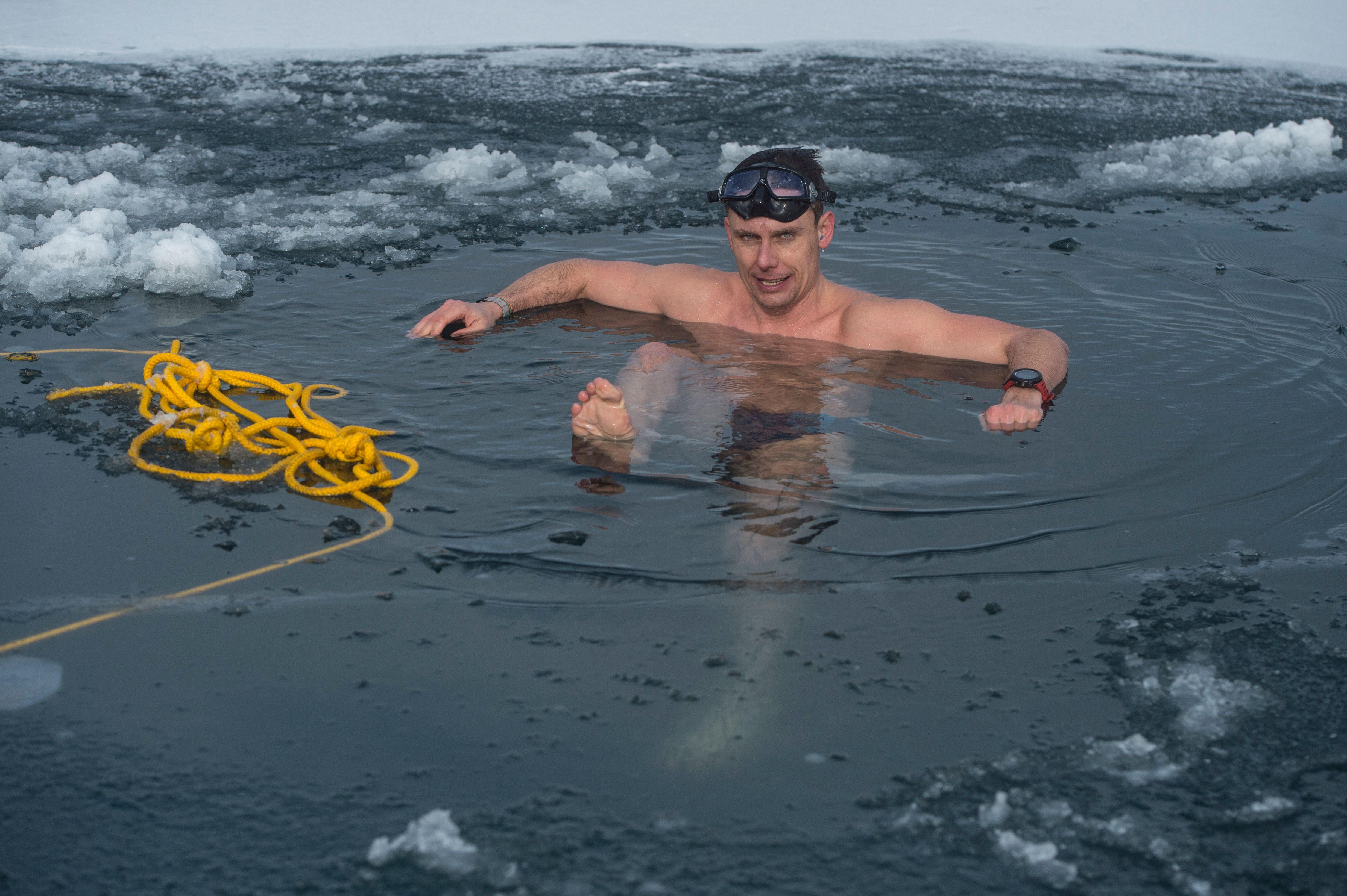 組圖:捷克男子打破冰下游泳世界紀錄
