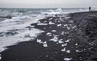 黑沙上的明亮冰块 铺就冰岛的钻石海滩