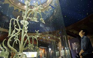 图为2005年5月28日,游客在部四川省广汉市的三星堆博物馆,观看展出的一棵青铜树文物。文物的造型与中原文化大不相同。(Liu Jin/AFP via Getty Images)