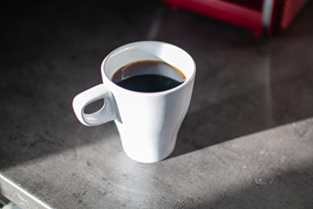 White,Coffee,Mug,And,Red,Coffee,Machine,In,The,Morning,Shutterstock,檯面