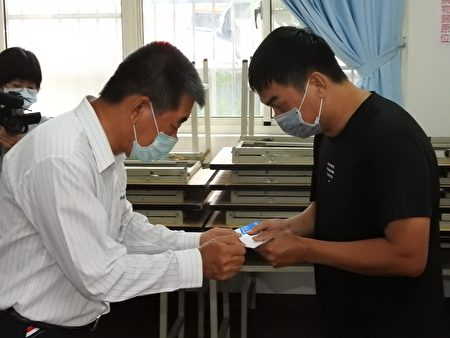 鑫永銓股份有限公司董事長林季進(左)親自發放急難救助金給疫情受害邊緣戶每人萬元。