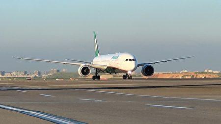 波兰政府捐赠台湾的40万剂AZ疫苗已于5日上午顺利运抵桃园机场。