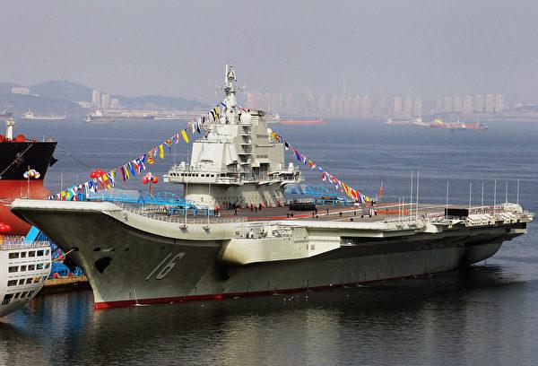 2012年9月24日,前蘇聯航母瓦良格號在大連完工後,交付給中共海軍,命名為遼寧號。(STR/AFP/GettyImages)