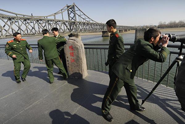 2009年3月23日,中共軍隊士兵參觀連接朝鮮的鴨綠江大橋。(Peter Parks/AFP via Getty Images)