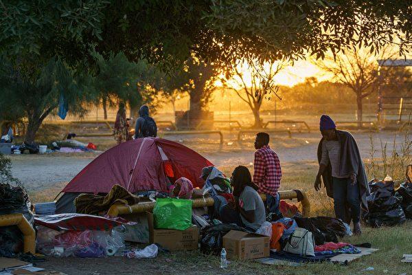 組圖:部分海地移民撤離美國德州橋下營地